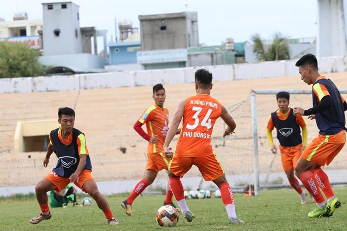 Phù Đổng FC có buổi tập làm quen sân đầu tiên tại Quy Nhơn.
